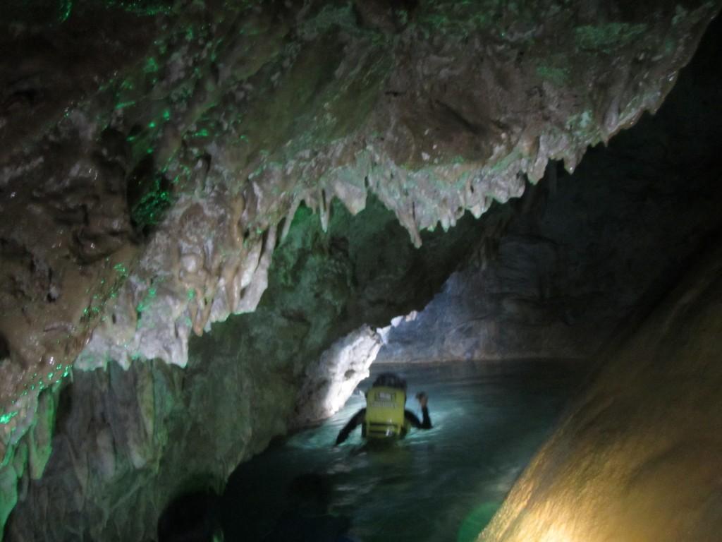 鍾乳洞の内部へ